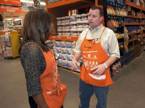 A financial analyst breaks down the biggest differences between Home Depot and Lowe's -and explains which retailer has the edge