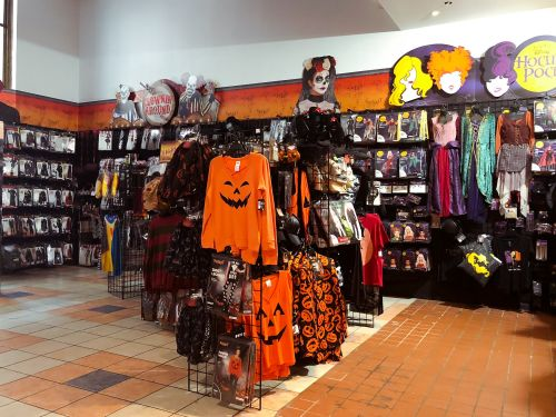 Take a look inside the massive, 1,000-store chain that only operates in the run-up to Halloween