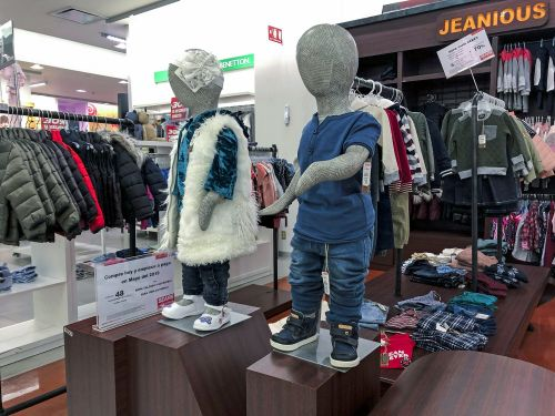 While Sears has been struggling to survive in the US, the retail chain thrives in Mexico. And when we visited stores in both countries, it was easy to see why
