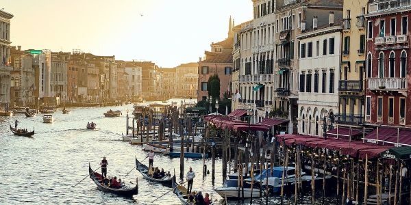 The mayor of Venice has intervened after 4 tourists were charged €1,100 for steak, fried fish, and mineral water