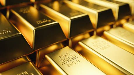 Dollar tramples yen and safe-haven status, gold gains