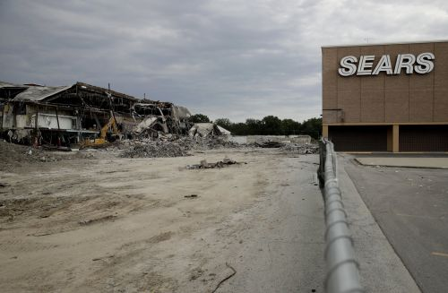 'This is all a sham': Ex-Sears executive says the CEO's new bid to revive Sears will kill off the 125-year-old retailer once and for all